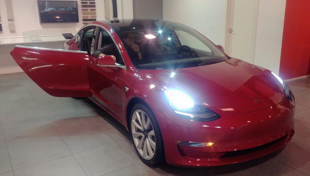 Tesla Model 3 har (også) rammeløse døre.