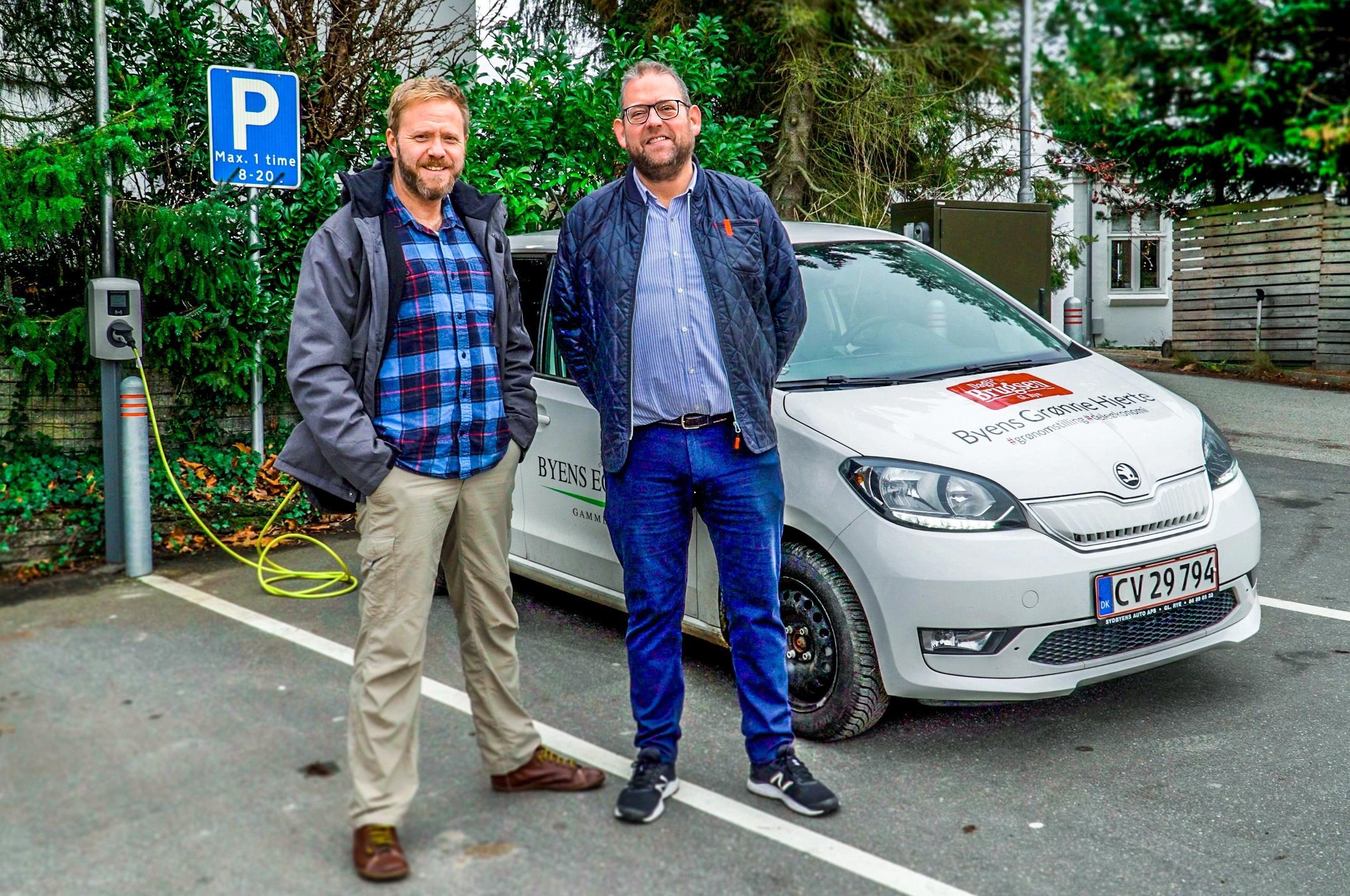 El-delebil_Gl Rye_Pressefoto_fra venstre initiativtager Ole Jeppesen_uddeler Henrik Rasmussen